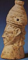 Голова микенского воина в шлеме из кабаньих клыков из Микен, слоновая кость. Национальный археологический музей, Афины (XIV в. до н.э.)