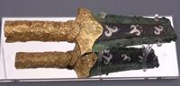 Бронзовый кинжал с золотой ручкой, по лезвию инкрустированный лилиями.Микены, ХVI в.