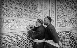 Резчики по ганчу в фойе театра им. Навои. (Ташкент, 1947 г.)