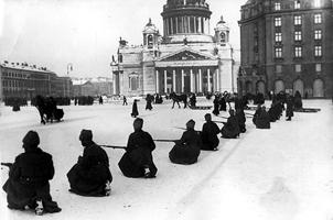 Солдаты, лояльные большевикам, занимают позиции около Зимнего дворца