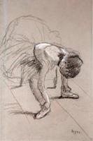 Сидящая танцовщица поправляет балетки