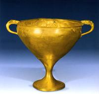 Золотой килик с литыми ручками, украшенными изображениями собачьих голов. Микены